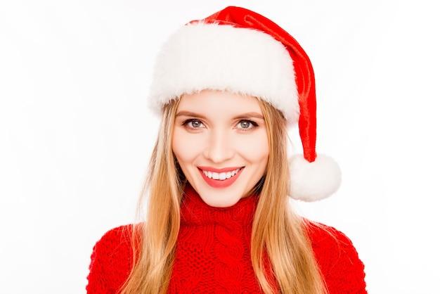 Portret van mooie jonge blonde vrouw met kerstmuts