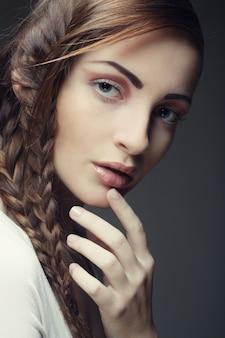 Portret van mooie jonge blondevrouw met creatieve vlechten ha