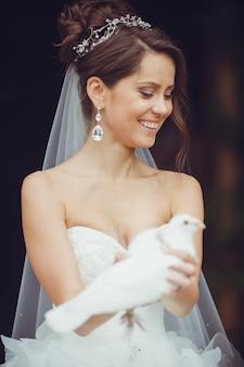 Portret van mooie jonge bruid met duif