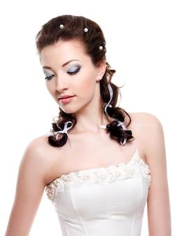 Portret van mooie jonge bruid naar beneden te kijken