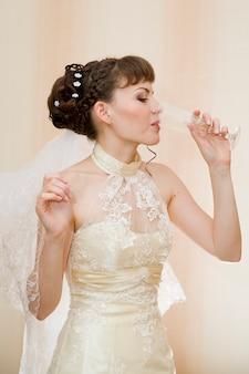 Portret van mooie jonge bruid op achtergrond