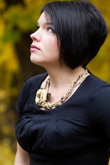 Portret van mooie jonge brunette vrouw in herfst park. natuurlijke schoonheid.