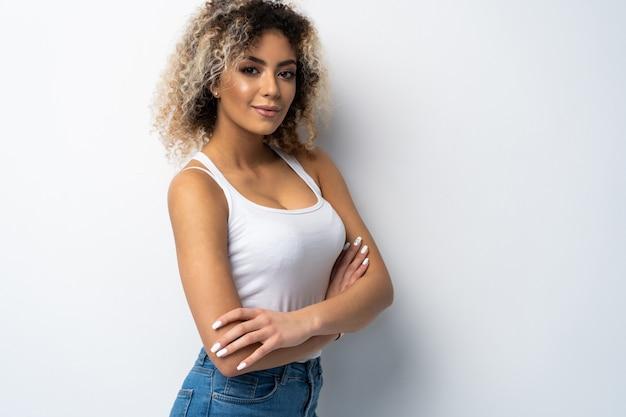Portret van mooie jonge geïsoleerde zwarte vrouw