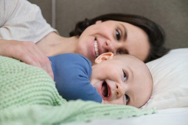 Portret van mooie jonge moeder en haar baby