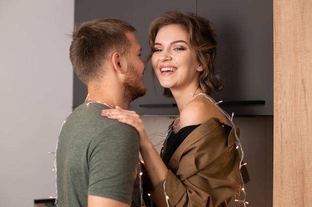 Portret van mooie jonge paar verliefd kussen en glimlachen