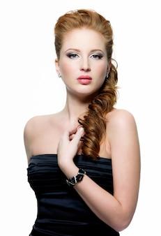 Portret van mooie jonge roodharige vrouw met fashion make-up op wit
