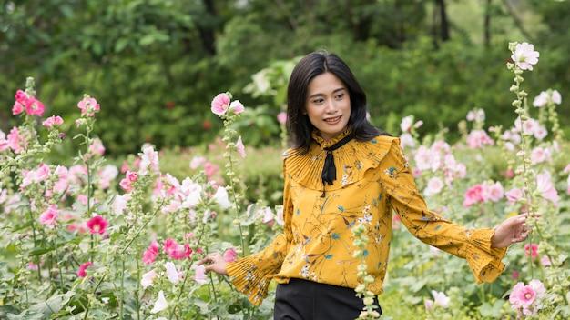 Portret van mooie jonge tan boheems aziatisch meisje in geel