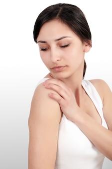 Portret van mooie jonge vrouw die aan lichaamspijn lijdt
