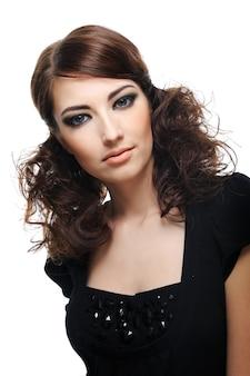 Portret van mooie jonge vrouw die op wit wordt geïsoleerd