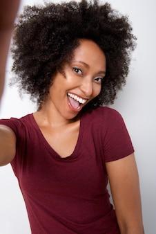 Portret van mooie jonge vrouw die selfie nemen