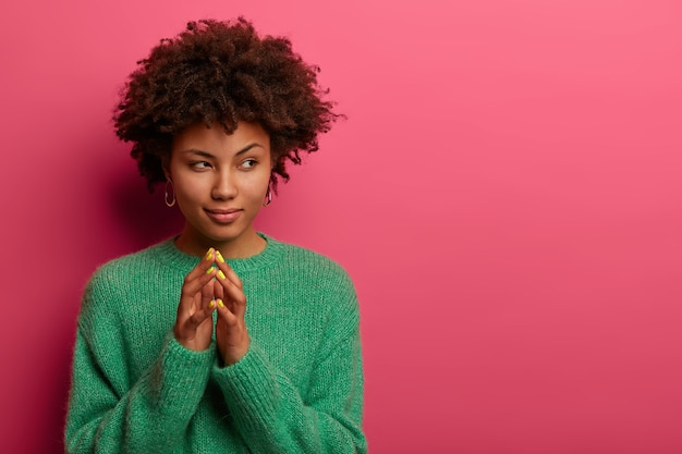 Portret van mooie jonge vrouw gebaren
