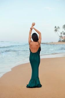 Portret van mooie jonge vrouw in jurk op het strand. mooi meisje op tropisch strand. vrijheidsconcept, vakantie, strand