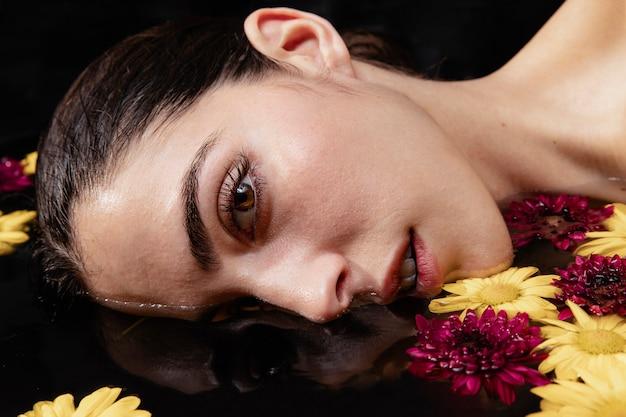Portret van mooie jonge vrouw in spa