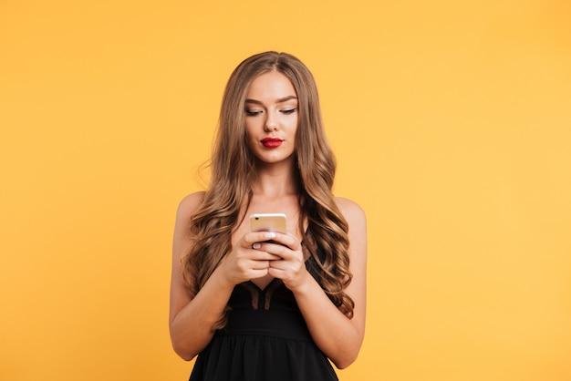Portret van mooie jonge vrouw in zwarte jurk