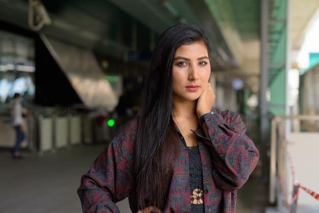 Portret van mooie jonge vrouw klaar om te reizen