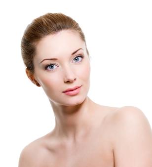 Portret van mooie jonge vrouw met een gezonde huid