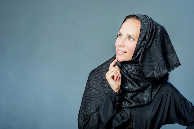 Portret van mooie jonge vrouw met kleren van midden-oosten