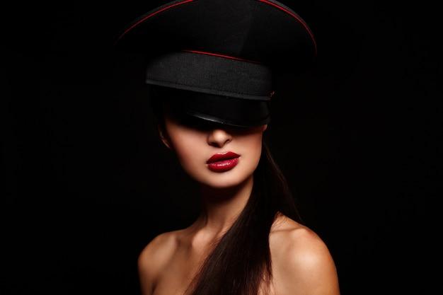 Portret van mooie jonge vrouw met rode lippen