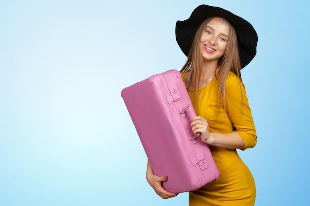 Portret van mooie jonge vrouw met roze zak