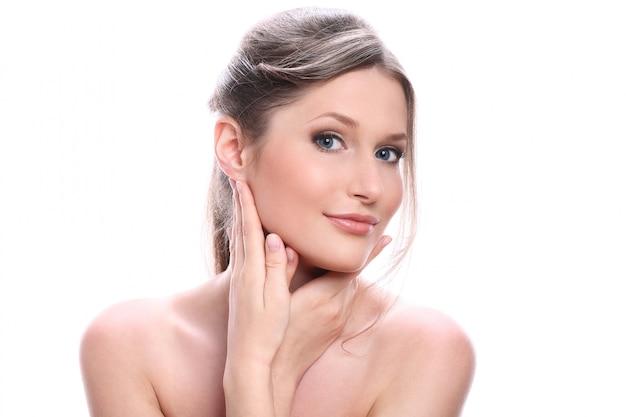 Portret van mooie jonge vrouw met schoon gezicht
