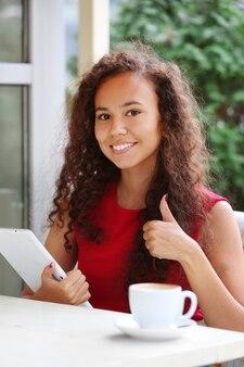 Portret van mooie jonge vrouw met tablet close-up