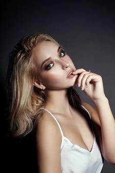 Portret van mooie jonge vrouw met vliegend haar