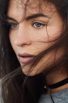 Portret van mooie jonge vrouw met vliegende haren