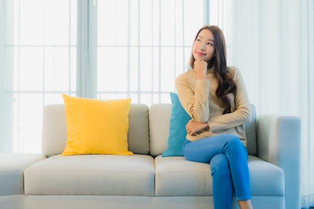Portret van mooie jonge vrouw op bank in de woonkamer