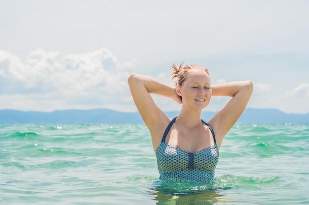Portret van mooie jonge vrouw op het strand close-up.
