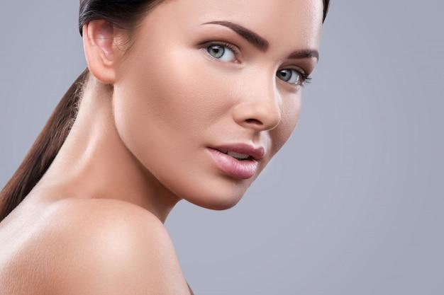 Portret van mooie jonge vrouw
