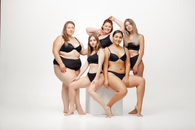 Portret van mooie jonge vrouwen met verschillende vormen die zich voordeed op wit