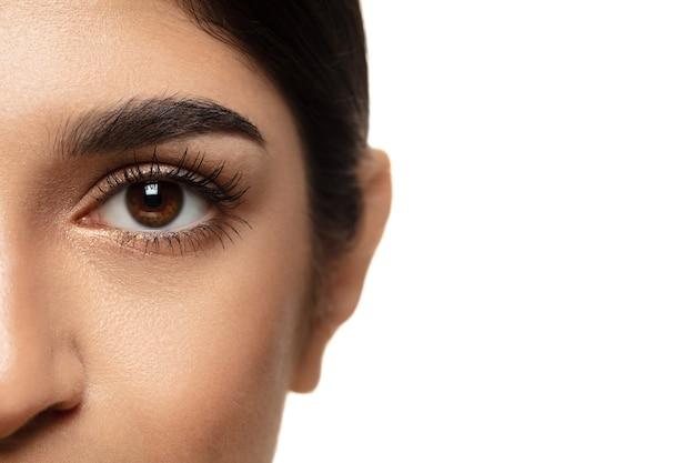 Portret van mooie joodse vrouw geïsoleerd op wit beauty fashion skincare Premium Foto