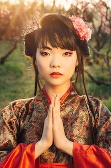 Portret van mooie koreaanse vrouw in het park van de sakurabloesem