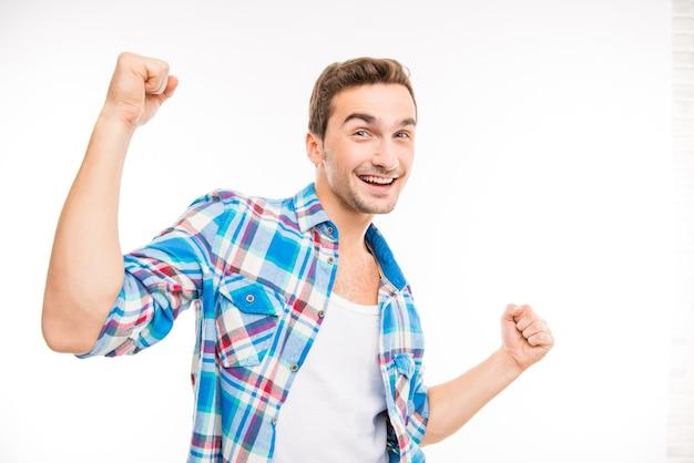 Portret van mooie lachende jongen dansen in een goed humeur