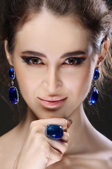 Portret van mooie mode-model haar kin aan te raken.