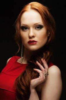 Portret van mooie modieuze vrouw