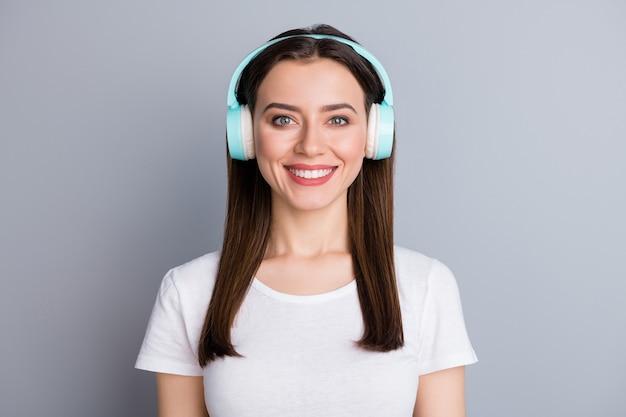 Portret van mooie mooie meid heeft een draadloze koptelefoon