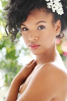 Portret van mooie naakte vrouw voor zwarte huidverzorging concept