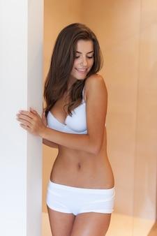 Portret van mooie natuurlijke vrouw in ondergoed