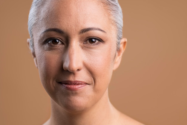 Portret van mooie oudere vrouw
