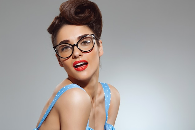 Portret van mooie pin-up vrouw draagt een bril