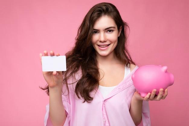 Portret van mooie positieve vrolijke schattige lachende jonge brunette vrouw in stijlvol shirt geïsoleerd