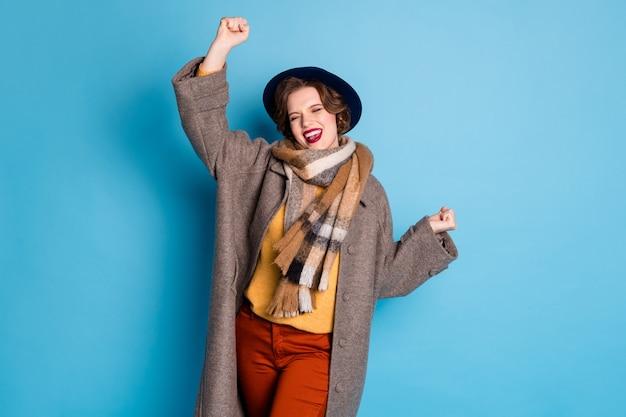 Portret van mooie reiziger dame hand in hand opgeheven verbaasd zwarte vrijdag winkelen seizoen beginnen dragen stijlvolle casual lange grijze jas sjaal hoed.