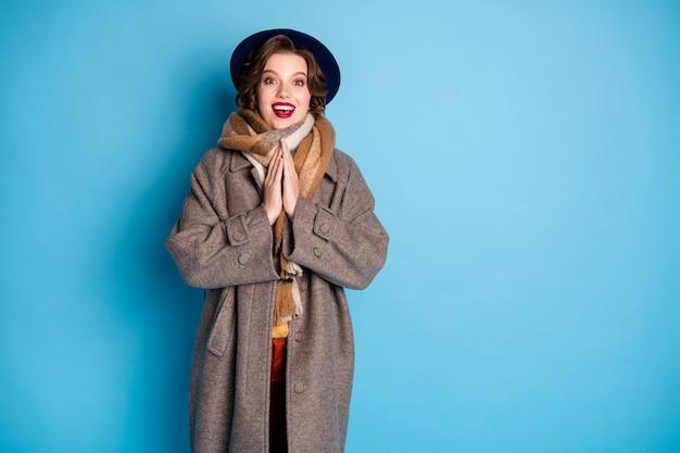 Portret van mooie reiziger dame hand in hand samen dolgelukkig lage laatste seizoen prijzen lees advertentie banner dragen stijlvolle casual lange grijze jas sjaal hoed.