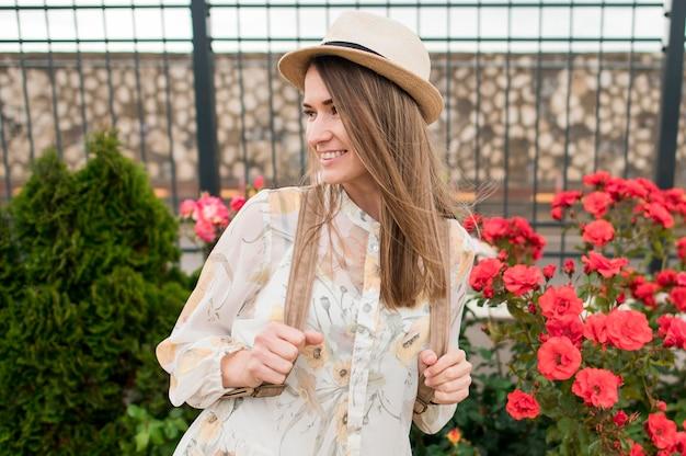 Portret van mooie reiziger met hoed buitenshuis