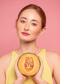 Portret van mooie roodharige vrouw met fruit
