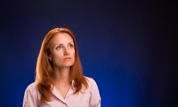 Portret van mooie roodharige vrouw