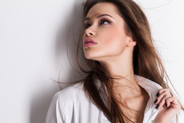 Portret van mooie sensuele vrouw in wit overhemd