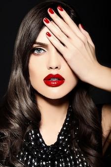 Portret van mooie sexy stijlvolle blanke jonge vrouw model met rode lippen