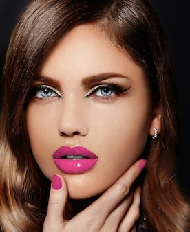 Portret van mooie sexy stijlvolle blanke jonge vrouw model met roze natuurlijke lippen